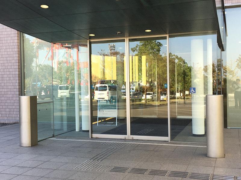 施工したビル玄関